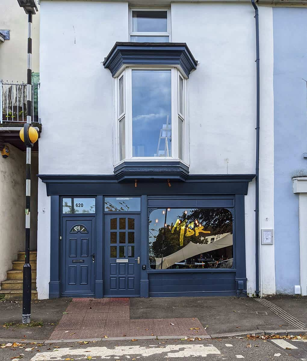 The street facade of a restaurant called Môr